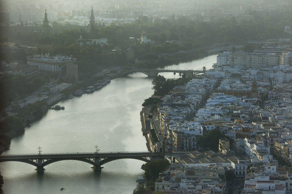 Al fondo, las torres de la Plaza de España y el puente de San Telmo. En primer término el puente de Isabel II, que une el centro de Sevilla con el barrio de Triana.