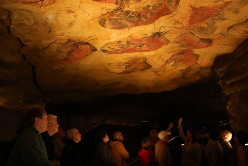 """""""¡Mira, papá, bueyes pintados!"""", le dijo su hija María, de ocho años, un día de 1879, señalando el techo de la cueva. Marcelino Sanz de Sautuola dio a conocer las pinturas de Altamira, pero el mundo científico no las aceptó como auténticas hasta 1902, tras el descubrimiento de otras cuevas en Francia. Desde entonces, son un icono del arte rupestre paleolítico. Desde 2015 la visita a la cueva de Altamira está limitada (solo pueden acceder cinco personas por semana durante 37 minutos). En el museo (entrada, 3 euros) se puede visitar una exposición permanente además de la Neocueva (en la fotografía), una reproducción tridimensional que muestra la cueva tal y como era hace entre 35.000 y 13.000 años. El conjunto se encuentra a dos kilómetros de Santillana del Mar. Más información: museodealtamira.mcu.es."""