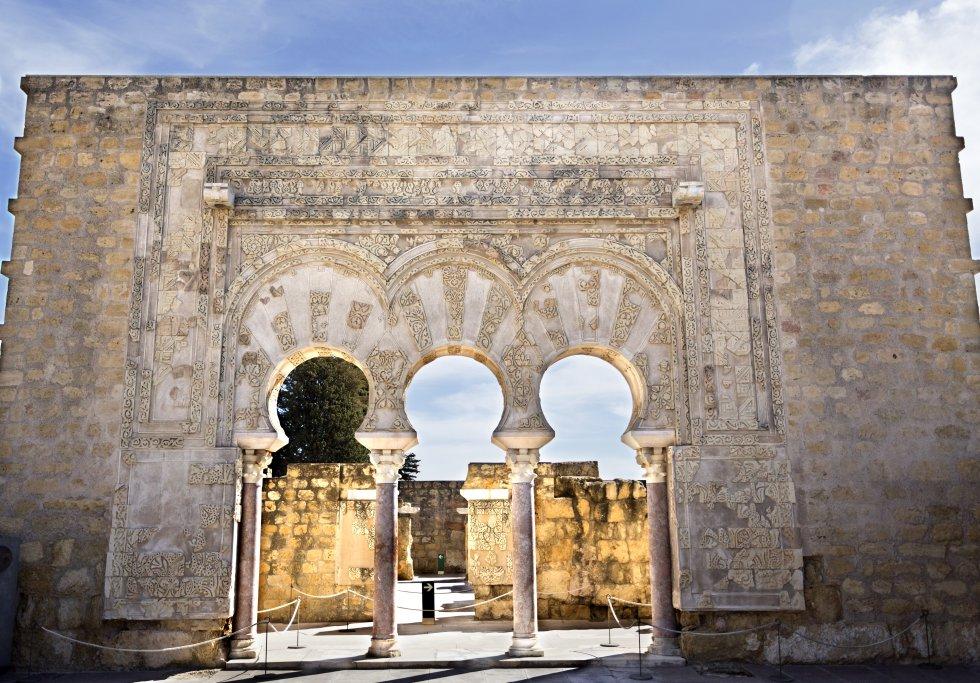 """El primer califa omeya de Córdoba, Abderramán III, ordenó construir en el año 936 una """"ciudad resplandeciente"""", que es lo que significa Madinat al-Zahra. Fue una ciudad fastuosa en la que se materializó el esplendor y el lujo del reino, pero el sueño fue breve, ya que fue destruida en 1010, en la guerra que acabó con la dinastía de los Omeya. Situada a unos ocho kilómetros de Córdoba, en las estribaciones de sierra Morena, Medina Azahara se puede visitar de martes a domingo (entrada gratuita). Más información: www.museosdeandalucia.es."""
