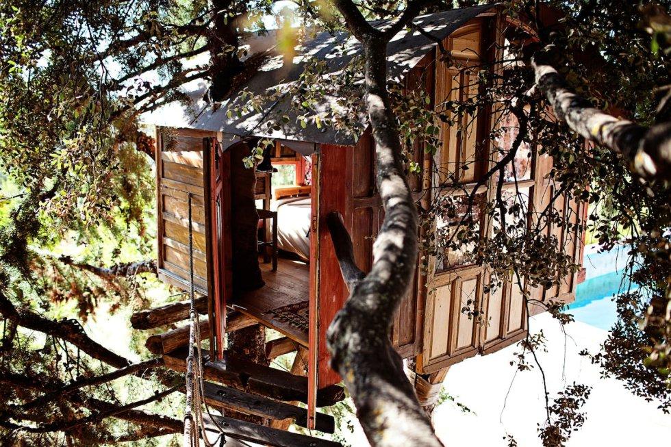 Disponible a través de la plataforma Airbnb, esta casita para dos personas construida con materiales reciclados entre dos cipreses, a unos tres metros de altura, y a la se accede por un puente colgante, forma parte de un proyecto de vida en la naturaleza. Según explica la asociación que la regenta, los huéspedes de este nido junto al parque natural de Sierra de Huétor, a 30 kilómetros de Granada y con vistas a Sierra Nevada, pueden integrarse durante su estancia en el día a día de esta finca autosostenible, participando en cursos medioambientales de permacultura, compostaje, cuidado de animales o bioconstrucción. La cabaña no cuenta con baño propio, pero sí dispone de servicios comunes y piscina. Precio: desde 40 euros. airbnb.esrooms645850