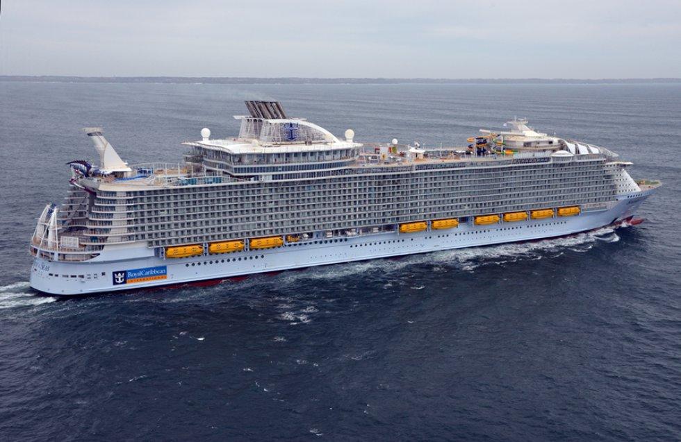 Una capacidad para 6.360 pasajeros, 362 metros de eslora y 72,5 metros de alto han convertido al barco 'Symphony of the Seas' en el crucero más grande del mundo. El nuevo buque insignia de la compañía Royal Caribbean ha sido presentado este martes en Málaga.