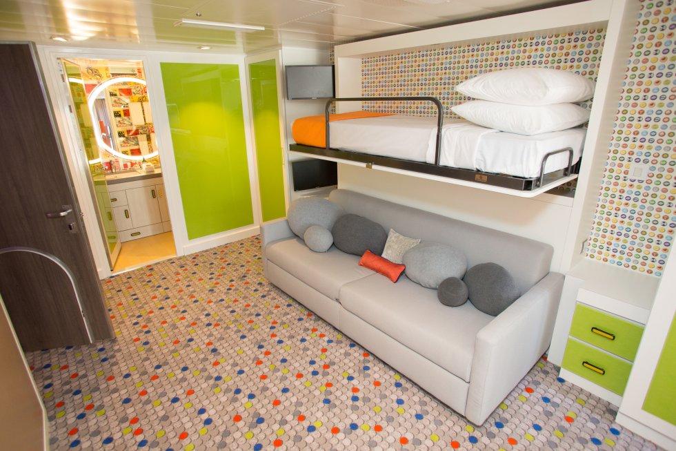 Dormitorio individual, con baño integrado, de la 'family suite'.