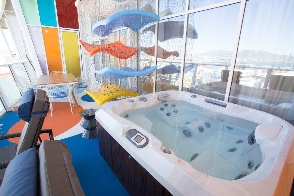 La terraza de la 'suite' del barco, además de hamacas, tiene un jacuzzi privado para sus ocupantes.