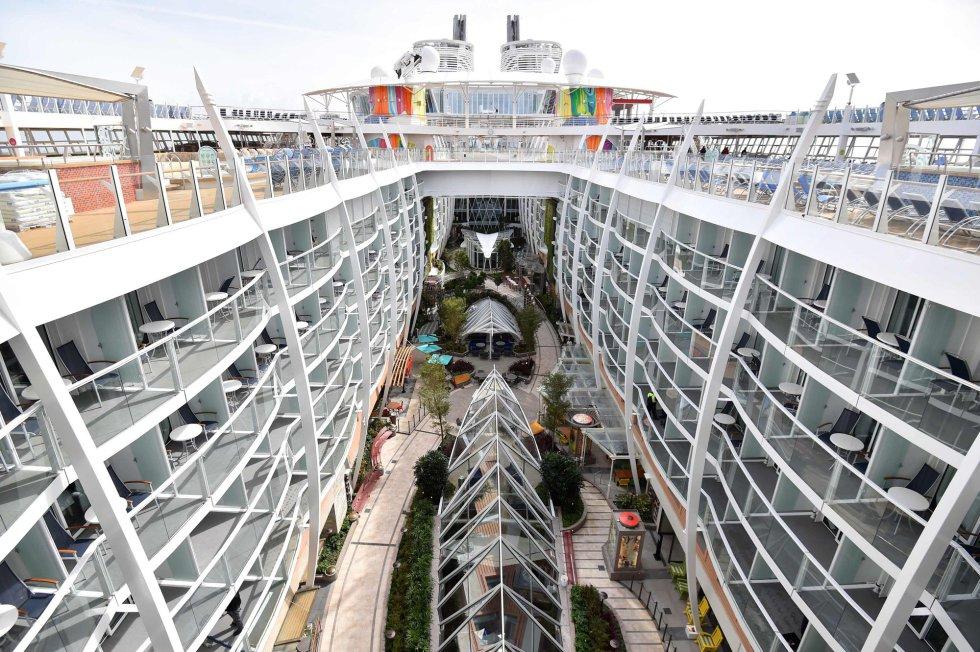 Este nuevo buque es el número 25 de la flota de Royal Caribbean y el cuarto de su clase 'Oasis', centrada en barcos gigantes casi idénticos en tamaño. Su predecesor como el crucero más grande, el 'Harmony of de Seas', tiene tan solo un metro menos de largo.