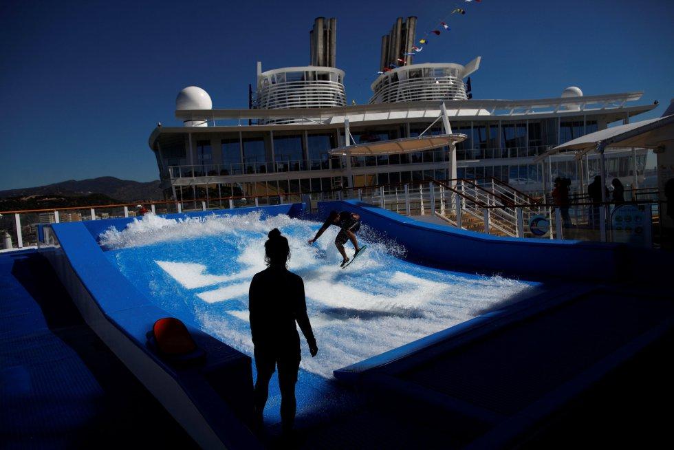 En la cubierta hay una piscina para quienes se atrevan a entrar en el simulador de surf. Para los más deportistas también hay dos rocódromos de unos 13 metros de alto.