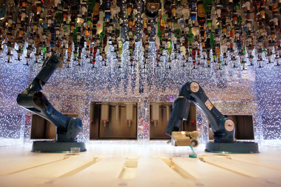 Una de las peculiaridades del barco es que en uno de sus bares las copas las sirven dos brazos robotizados.