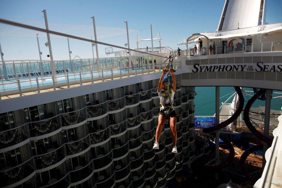 Una tirolina de punta a punta del 'Symphony of the Seas' es otra de las atracciones de este crucero.