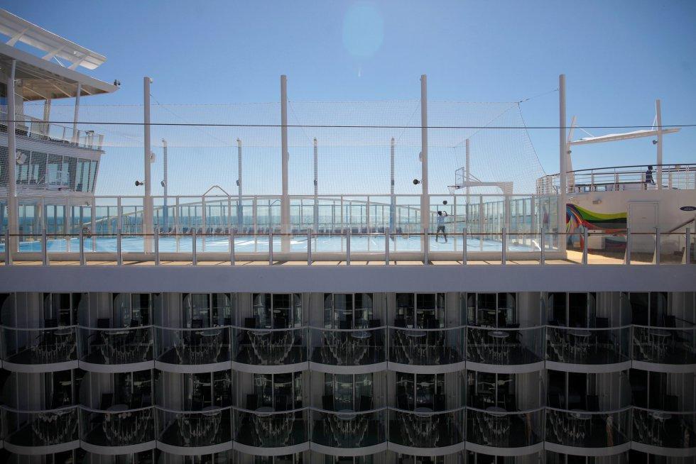 Una pista de baloncesto con las medidas reales también es una de las atracciones de la cubierta del que se ha convertido en el barco más largo del mundo.