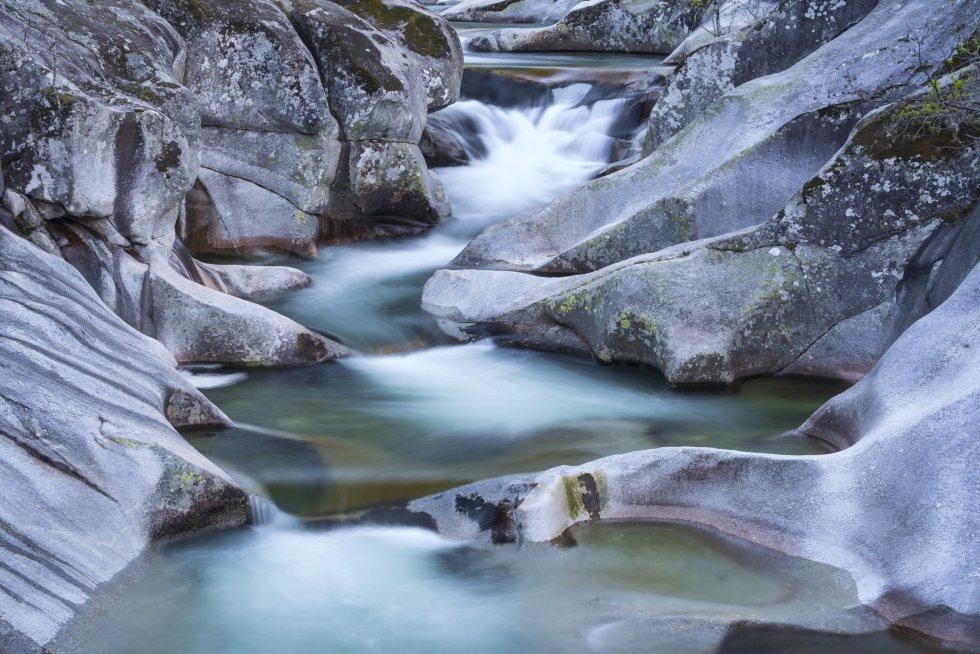 Saltos y cascadas; marmitas gigantes, que son grandes pozas excavadas en la roca por la erosión de la lluvia, especialmente destacables en la zona de Los Pilones (considerada una de las zonas de baño naturales más bellas del mundo). La reserva natural de la Garganta de los Infiernos es un espectáculo de piedra gris y agua que oscila entre el transparente, el verdoso y el blanco de espuma, en el valle del Jerte, al norte de la provincia de Cáceres. Es uno de los parajes más visitados de Extremadura.