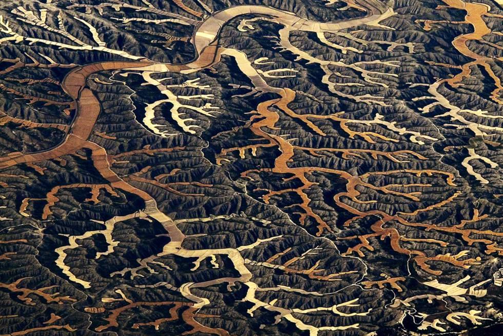 """""""Los Monegros son un ecosistema singular, maduro, único en Europa, cuya riqueza biológica ha demostrado ser excepcionalmente importante"""", arrancaba el Manifiesto científico por los Monegros, firmado en 1999 para exigir su protección. Una sucesión de sierras, barrancos y valles vertebrada por la sierra de Alcubierre y salpicada de lagunas saladas y balsas que forman uno de los complejos endorreicos más importantes de Europa. Está a caballo entre las provincias de Huesca y Zaragoza."""
