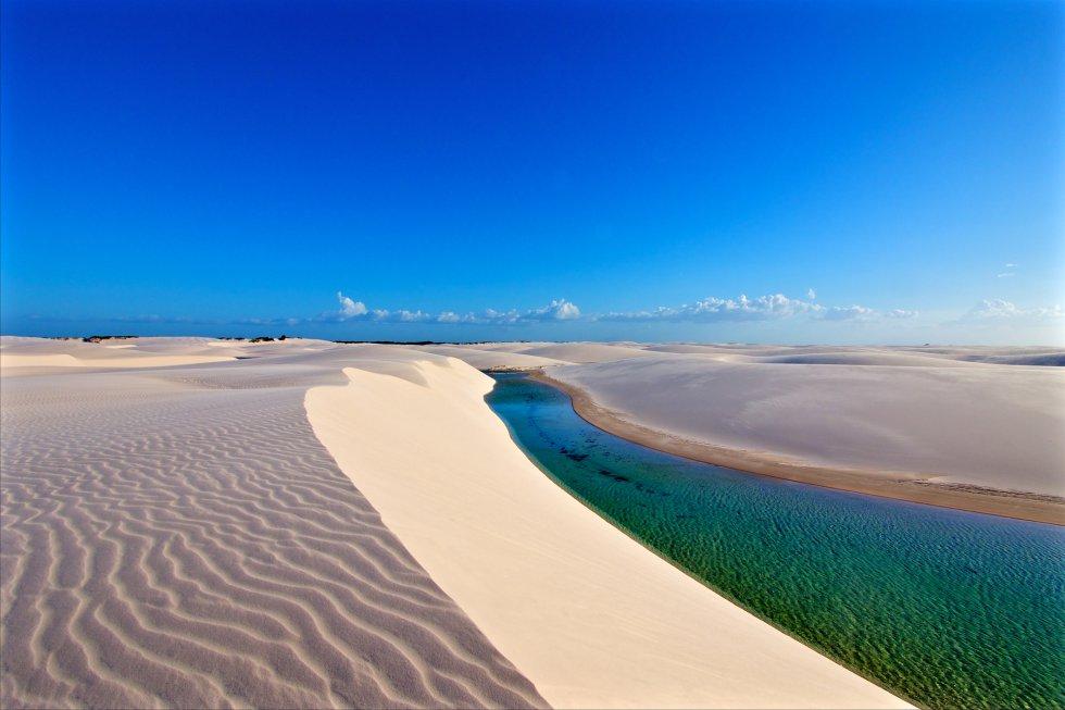 Imagínese más de 155.000 hectáreas de paisaje copado por una sucesión de dunas de hasta 40 metros de altura y de lagunas de agua dulce que varían entre el verde y el azul, y donde el baño está permitido. Es el parque nacional de los Lençóis Maranhenses, que se extiende en la región nordeste del estado de Maranhão, en Brasil. Se asemeja a un gran desierto, salvo que aquí llueve 300 veces más que en el Sáhara, con oasis tropicales formados por las aguas pluviales aprisionadas entre las dunas (algunas llegan a tener hasta peces). Las lagunas Azul y Bonita son, quizás, las más famosas de este raro fenómeno geológico.