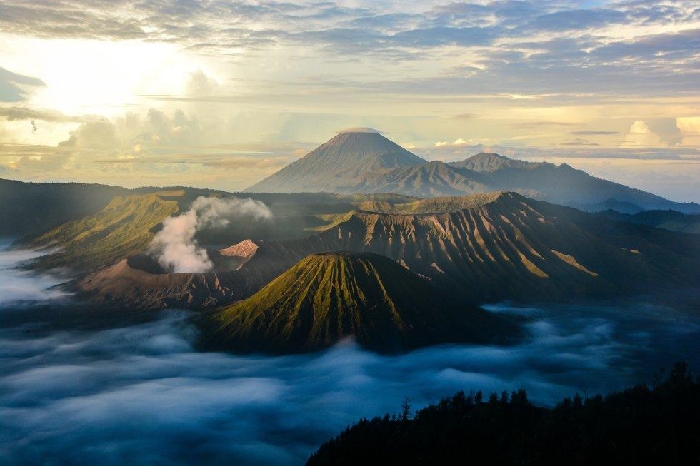 No se encuentra entre los volcanes más grandes de Indonesia (mide 2.329 metros), pero sí es uno de los más activos –acumula más de 50 erupciones en el último cuarto de siglo, la más reciente en 2011–, y probablemente el más bello. Visitantes de todo el mundo acuden al vecino monte Penanjakan para ver los espectaculares amaneceres sobre el Monte Bromo (en la foto, abajo a la izquierda, humeante), parte del macizo de Tengger, al este de Java. Aparece con sus volutas de humo blanco elevándose al cielo, flanqueado por los montes Batok (inactivo) y Semeru, que alcanza los 3.676 metros de altura y es uno de los volcanes más activos del país.