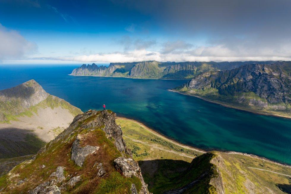 La segunda mayor isla de Noruega se llama Senja, se localiza al norte del país y ofrece, en unas pocas horas de coche, un espectacular compendio de costa e interior. Mar, acantilados escarpados, pueblos de pescadores al abrigo de calas, montañas, lagos y bosques. El paisaje cambia dramáticamente según la época del año en la que lo visite el viajero, desde el sol de medianoche a las auroras boreales. Entre sus lugares de interés se encuentran el parque nacional de Ånderdalen, con bosques de pinos costeros y montañas, y el Troll de Senja, que es la escultura de un troll más grande del mundo.