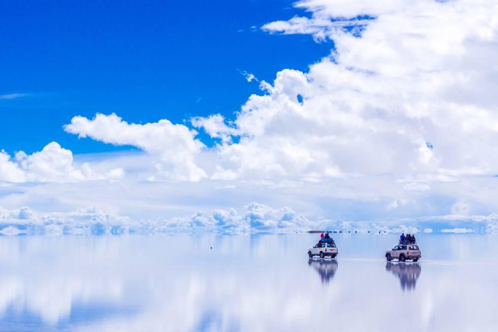 Durante la temporada de lluvias, de diciembre a marzo, la sal se vuelve impermeable y el agua acumulada en la superficie transforma el Gran Salar de Uyuni en un enorme espejo. Es uno de los momentos mágicos de este desierto de unas 10.000 millones de toneladas de sal dispuestas en 11 capas de entre dos y 10 metros de espesor, a lo largo y ancho de 10.582 kilómetros cuadrados. Es, también, la mayor reserva de litio del planeta, y cuenta con importantes cantidades de potasio, boro y magnesio. Comenzó a formarse hace 40.000 años, por la evaporación de grandes lagos prehistóricos, en el Altiplano boliviano, a más de 3.600 metros sobre el nivel del mar.