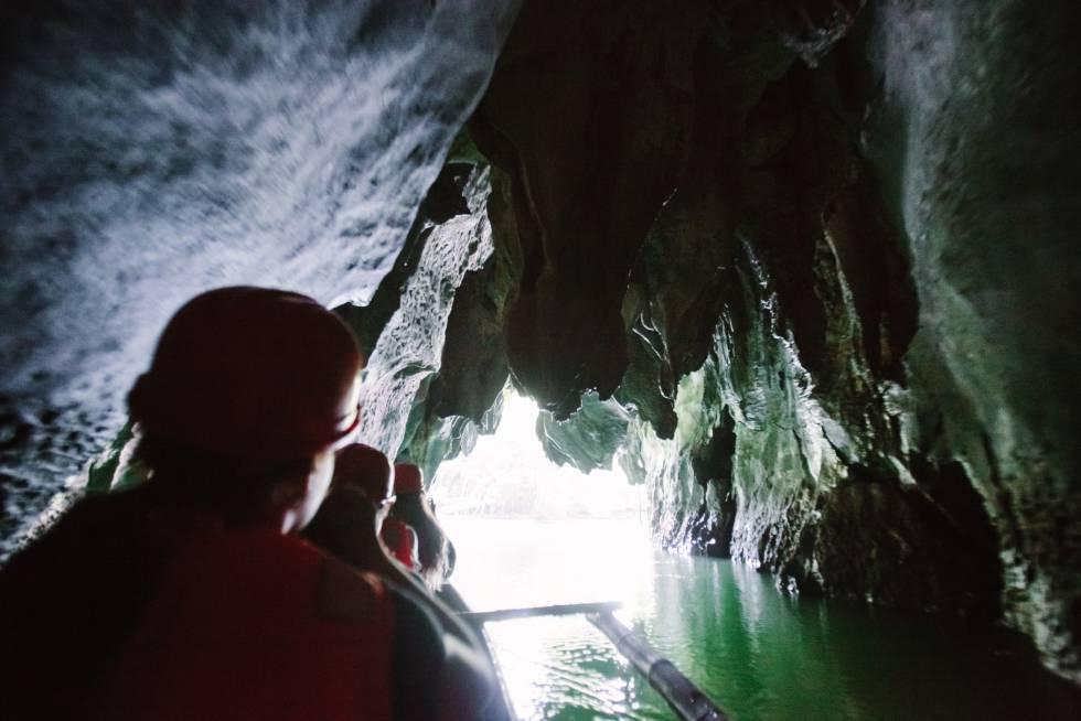 El espectacular paisaje kárstico de piedra caliza que se extiende en Palawan, provincia insular de Filipinas, incluye, como gran protagonista, al río subterráneo más largo del mundo, Puerto Princesa, con algo más de ocho kilómetros, y declarado parque nacional. En sus casi 6.000 hectáreas de superficie protegida acoge 11 ecosistemas diferentes, desde la selva húmeda de las montañas a los arrecifes del océano. Por debajo, aunque siempre omnipresente, el río atraviesa cuevas afiladas de estalagmitas y estalactitas, hogar de colonias de murciélagos, hasta desembocar en el oeste del mar de Filipinas.