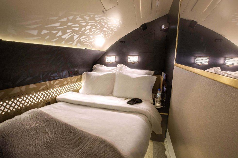 Un pasillo lleva a la habitación privada de la The Residence de Etihad Airways (en la imagen), donde hay una cama doble de 180 centímetros de ancho —han diseñado la experiencia, sobre todo, para quienes viajan acompañados— y una televisión de 27 pulgadas. Además, siempre se les ofrece a los viajeros la posibilidad de un desayuno en la cama. Y antes de aterrizar, se pueden tomar una ducha en las alturas en el baño privado para llegar frescos al destino. Por supuesto, es uno de los billetes más caros del mercado, solo al alcance de unos pocos. Por ejemplo, un billete del aeropuerto JFK de Nueva York al de Abu Dhabi cuesta unos 24.800 dólares (unos 21.300 euros). Más información:  www.etihad.com