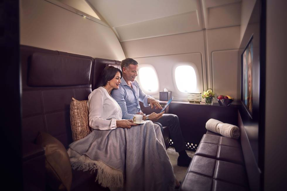 La compañía Etihad Airways tiene probablemente la cabina de primera clase más lujosa del mercado actual. La aerolínea de Emirates Árabes Unidos llama a su servicio The Residence (solo disponible en sus Airbus 380), una experiencia que empieza antes del vuelo, ya que incluye el trayecto en coche de lujo hasta el aeropuerto y el 'check in' y la espera hasta el despegue en zonas privadas. Ya sobre las nubes, el pasajero tiene tres espacios propios: un salón (en la imagen), una habitación y un baño. En la sala se sirve la comida en platos de porcelana china y se come sentado en un sofá de piel de dos plazas mientras se puede ver una película en una pantalla de 32 pulgadas.