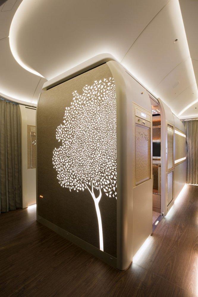 Las cabinas de primera clase de Emirates son famosas por su opulencia y sus tonos dorados. Su experiencia más exclusiva es viajar en una de las seis 'suites' privadas, totalmente cerradas, de su Boing 777-300ER. Se trata de una cabina de 3,7 metros cuadrados y muy tecnológica: el viajero puede modificar la iluminación y la climatización de su habitación a su gusto, y el asiento se puede colocar en la posición de gravedad cero de la NASA (la más confortable para que el cuerpo descanse, dicen) y atarse con un cinturón con toques de oro rosa.
