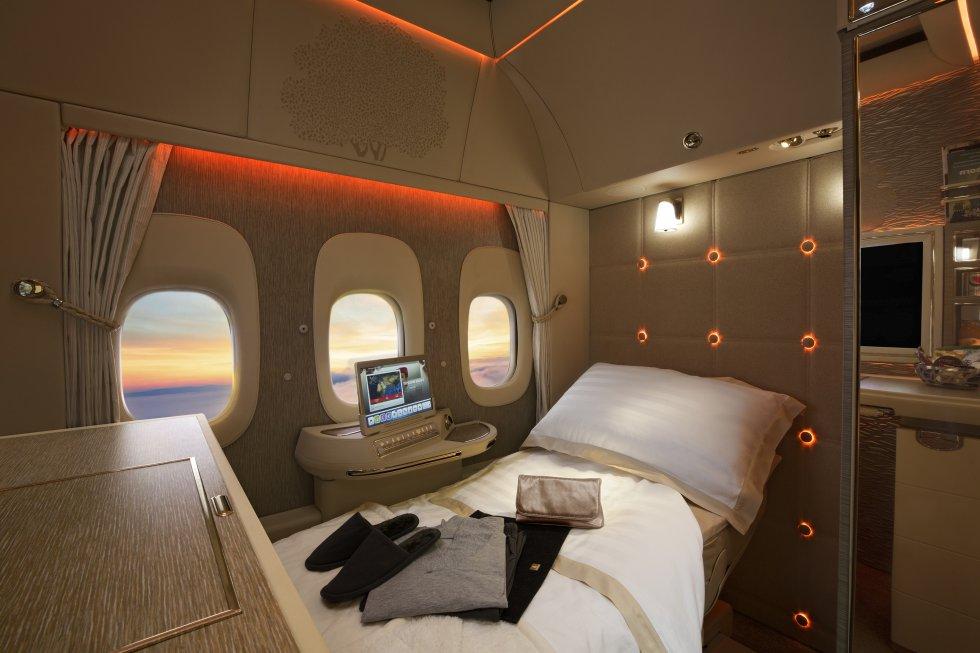 """Algunos de los accesorios de las cabinas de primera clase de Emirates incluyen una televisión táctil de 32 pulgadas con 2.500 canales; una videocámara para comunicarse con la tripulación de cabina sin necesidad de que nadie vea al pasajero fuera de la habitación; un minibar con 'snacks' y bebidas, 'amenities' de la firma de lujo Bulgari o un pijama. Y para las cabinas que están en medio del avión, ventanillas virtuales que proyectan imágenes en tiempo real del paisaje, captado por cámaras instaladas fuera de la aeronave. """"Un hotel en el cielo"""", lo llama la aerolínea de Dubái. Su precio, por supuesto, también está por las nubes: un vuelo de ida Nueva York-Abu Dhabi, con una escala, casi 22.000 dólares (cerca de 19.000 euros). Más información:  www.emirates.com"""