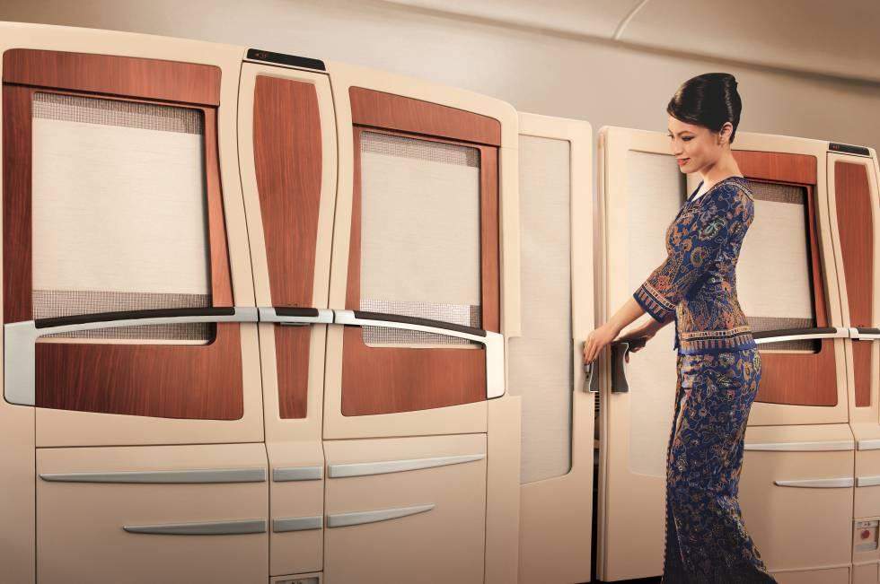 Todas las cabinas de Singapore Airlines cuentan con televisión de 32 pulgadas y sus opciones gastronómicas incluyen desde platos asiáticos a langosta. Como la mayoría de aerolíneas, esta también tiene diferentes categorías entre quienes están dispuestos a pagar más: además de las lujosas 'suites' de la primera clase, disponen de cabinas semicerradas y asiento extraancho en la clase 'business' (en la imagen), y, por supuesto, de los asientos en la clase turista en la que la mayoría de los mortales viaja. Un vuelo de ida entre el aeropuerto JFK de Nueva York y Singapur en primera clase cuesta 16.118 dólares (unos 13.800 euros).  Más información:  www.singaporeair.com