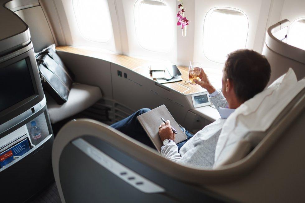Los pasajeros de primera clase de Cathay Pacific Airways también tienen su propia cabina individual en el avión, en la que la butaca se puede convertir en cama para llegar así fresco y descansado al destino, uno de los mayores lujos de los que se puede disfrutar en vuelos de larga distancia. Las comodidades de las cabinas de la aerolínea de Hong Kong incluyen una butaca que hace masajes y que se transforma en una cama totalmente plana; dormir con sábanas de algodón de 500 hilos; pijama de algodón orgánico, antifaz y zapatillas —además de un neceser con artículos y cremas varias—; control de las luces y televisión de pantalla táctil.