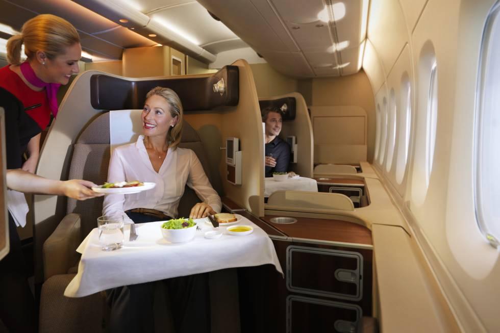Antes de subir al avión, los pasajeros que vuelan en primera clase de Qantas pueden reservar un masaje relajante en la sala vip de sus aeropuertos de Sídney y Melbourne. Las cabinas de la aerolínea australiana no están cerradas, pero consiguen dar más privacidad al viajero gracias a la rotación de los asientos hacia la ventana. El espacio tiene una otomana (asiento) para recibir a un acompañante durante el vuelo. Y para comer se puede elegir entre los platos de la carta o probar el menú degustación compuesto de ocho pasos, todos ellos elaborados por el chef australiano Neil Perry.