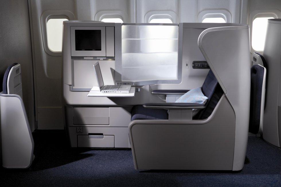 Si lo habitual es que las aeronaves 787-9 tengan 14 asientos de primera clase, las más recientes de British Airways tienen espacio para ocho. Así, han conseguido mayor amplitud para sus pasajeros de primera clase, y han destinado más sitio para almacenamiento de sus pertenencias y también puesto en las cabinas una pantalla de televisión más grande.