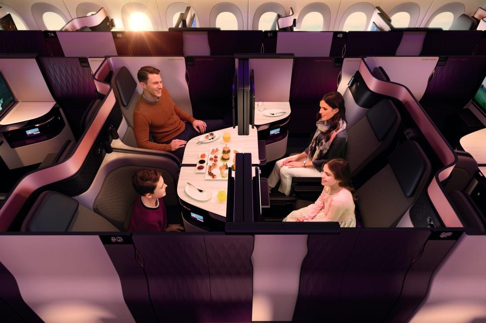 No son asientos de primera clase, sino de 'business'. Pero Qatar Airways quiere estar por encima de sus competidores en esta categoría, y para ello ha diseñado, y patentado, la QSuite, disponible en sus Boing 777. Con un simple movimiento de mano las butacas se pueden colocar juntas y enfrentadas alrededor de una mesa, y además sus paneles móviles otorgan a los pasajeros que viajan juntos más privacidad. Algo que no tiene que ser permanente durante todo el vuelo, ya que cuando el viajero lo desea la tripulación de cabina vuelve a mover los paneles y butacas para rehacer su 'suite' individual.