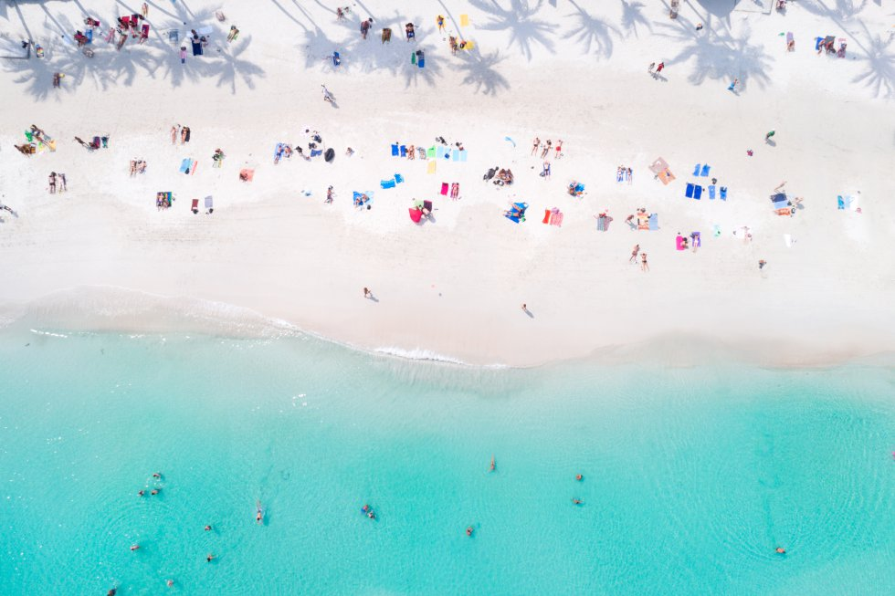 A Tailândia se orgulha de ter algumas das mais belas areias do mundo. Todos os verões viajam para a ilha de Koh Phangan, localizada no sul do país asiático, milhares de turistas em busca da natureza em estado mais puro e da tranquilidade de suas imensas praias de areia fina e águas translúcidas. As da área de Haad Rin (foto) são as mais populares, especialmente quando a calma desaparece e se transformam no cenário paradisíaco da Festa da Lua Cheia, realizada na praia de Hat Rin Nok (Nascer do Sol), também chamada de Sunrise Beach. Uma data mágica em que se dança até o amanhecer sob a lua cheia, e que se repete até o mês de dezembro.