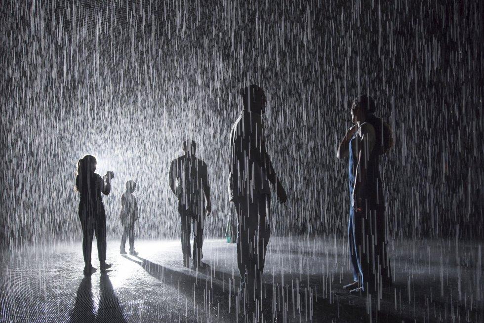 A chuva chegou a Sharjah, uma pequena cidade nos Emirados Árabes Unidos. E é possível andar sob as goteiras sem se molhar. Um aguaceiro intenso e contínuo cai na Sala da Chuva da Fundação de Arte Sharjah e, enquanto o visitante a percorre, não se molha, graças a um sistema de sensores que interrompem a queda da água justo no espaço ocupado durante seu passeio. Uma experiência única que funde tecnologia e natureza, porque na sala há um jogo de luz e som, e o cheiro da chuva é marcante. Para a instalação, do coletivo de arte Random International, de Londres, foi construído um prédio de 16.000 metros quadrados no distrito de Al Majarrah, a 30 quilômetros de Dubai. O solo recolhe os 2.500 litros de água usados, que são filtrados e reutilizados. Passear 15 minutos sob a chuva da Fundação de Arte Sharjah, a primeira Sala de Chuva permanente, custa o equivalente a 25 reais. A obra estreou em 2012 no Barbican Centre, em Londres, e depois foi exposta no MOMA, em Nova York, no Museu Yuz, em Xangai, e no Los Angeles County Museum of Art.