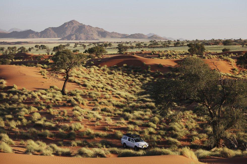 O deserto do Namibe é famoso por suas imensas dunas vermelhas (quando as partículas de ferro enferrujam, dão à areia um tom avermelhado) e por ser um dos mais antigos do mundo: com mais de 65 milhões de anos. A área mais visitada é o Parque Nacional Namib-Naukluft (foto) e sua duna 45, de 300 metros de altura. Fica na estrada que liga as cidades de Sesriem e Sossusvlei, na Namíbia.