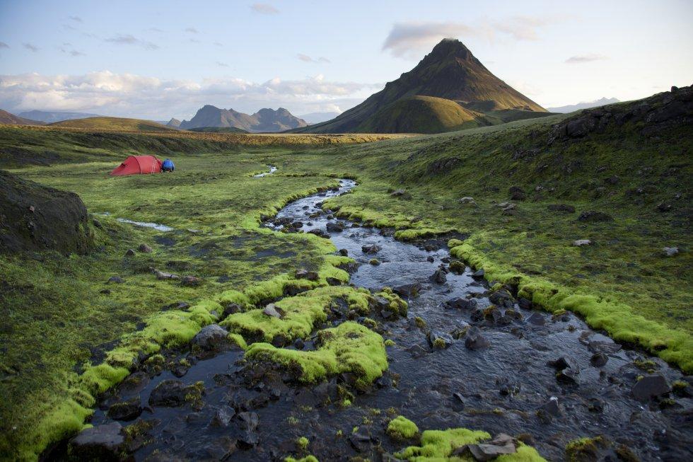 Laugavegur é o nome de um roteiro de trilhas de 54 quilômetros que atravessam as montanhas do sul da Islândia, entre o vale geotérmico de Landmannalaugar e Thórsmörk. Uma excursão entre riachos de águas termais, vulcões antigos, lagos glaciais e cavernas de gelo. Na imagem, Kirkjuffel, uma montanha de origem vulcânica localizada em Grundarfjördur, na península de Snaefellsnes, no oeste do país.