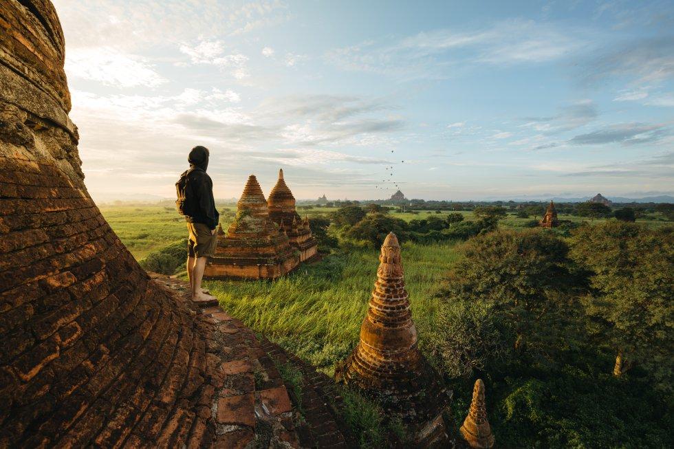 Quem viu diz que nada te prepara para um entardecer na planície de Bagan, com seus mais de 2.500 pagodes despontando entre as acácias. Foi nesse extenso campo 305 quilômetros a sudoeste de Mandalay onde, a partir do século IX, floresceu o primeiro reino unificado da Birmânia, atual Myanmar, um país budista onde a população monástica supera o meio milhão. Quando o crepúsculo se aproxima, os turistas, com suas câmeras e celulares, tomam posições nos cinco terraços, coroados por uma estupa em forma de sino, do magnífico templo escalonado de Shwesandaw (o único que você pode subir para ver o pôr do sol), construído pelo rei Anawrahta em 1057. O autor da foto preferiu, contudo, aproveitar as primeiras horas do dia, quando o calor é menos intenso e o Sol vai acendendo os pináculos dourados de Shwezigon, Bupaya, Sulamani, Ananda, Gawdawpalin, Lemyethna e Thatbyinnyu, o templo mais alto de Bagan, com mais de 61 metros.