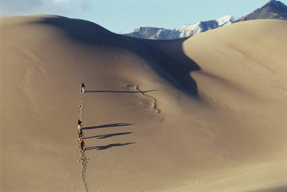 Enquanto alguns começam a curtir a temporada de esqui, outros preferem deslizar na areia. As dunas da imagem se encontram no parque nacional Grandes Dunas de Areia, no Colorado (EUA). Aqui estão as dunas mais altas da América do Norte, que atingem 230 metros e ocupam 77 quilômetros quadrados. Você pode chegar a elas através do estacionamento principal da reserva, a pouco mais de um quilômetro de distância. Segundo o site do parque, quem deseja fazer snowboard na areia deve trazer a prancha de casa ou alugá-la no vale de San Luis, ali perto. Você também pode percorrer o parque de 342 quilômetros quadrados a pé, em veículo 4x4, a cavalo ou de bicicleta para descobrir um entorno natural onde há pântanos, o rio Medano Creek e florestas de coníferas e álamos. Daqui pode-se ver ainda a impressionante serra do Sangue de Cristo (na foto, ao fundo), cujo pico mais alto alcança os 4.374 metros.
