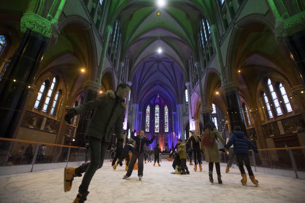 A cidade holandesa de Gouda, a 20 quilômetros de Roterdã, é famosa por seus queijos, seus wafles com calda (stroopwafel) e seu maravilhoso centro histórico, onde em 14 de dezembro é celebrada a festa das velas (Gouda bij Kaarslicht). Nesse evento anual, a praça do Mercado, a Prefeitura e outros edifícios — como a Goudse Waag, a Casa dos Pesos, uma construção do século XVII onde os queijos eram taxados e leiloados, hoje transformada em museu, e a igreja de Sint-Jan (São João Batista), a mais comprida da Holanda, com 123 metros — se iluminam com milhares de círios e velas enquanto os coros de Natal animal as ruas. As crianças da foto, feita em 5 de dezembro passado, patinam numa pista de gelo temporária instalada no interior da Gouwe Kerk, uma igreja neogótica construída entre 1902 e 1904 no centro de Gouda. Após ficar no templo, a atração foi transferida em 19 de dezembro para a praça em frente à prefeitura.