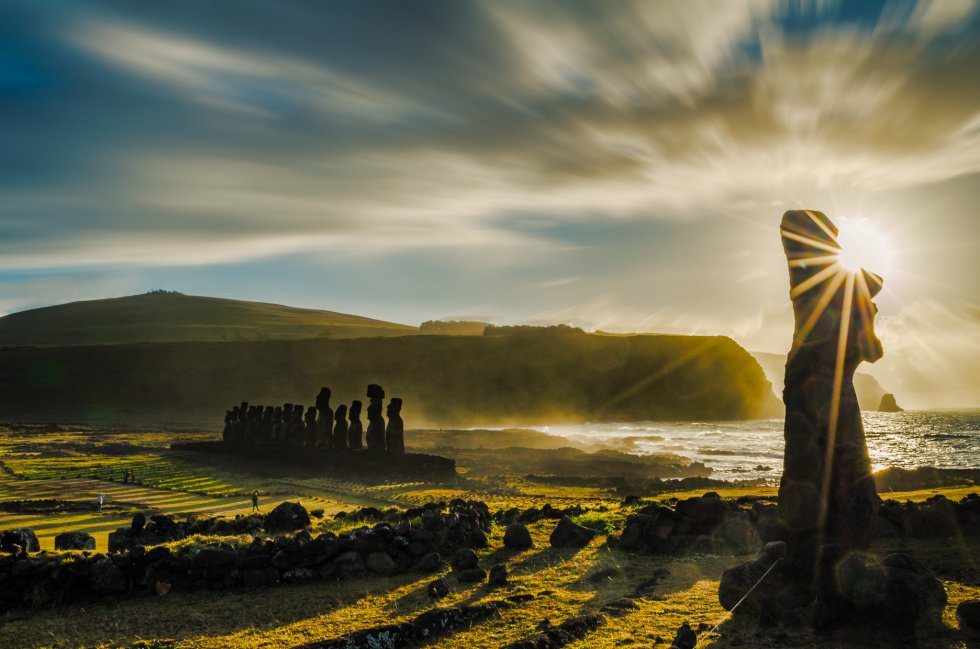 De costas para o Pacífico, 15 gigantes de pedra vigiam o Ahu Tongariki, a grande plataforma cerimonial da Ilha de Páscoa (Chile). Os artesãos rapanuis esculpiram há séculos os moais, utilizando rocha vulcânica da montanha vizinha de Rano Raraku. As estátuas estão na beira do oceano, e ao amanhecer, durante o verão austral, o Sol sai do mar atrás deles, num espetáculo surpreendente.