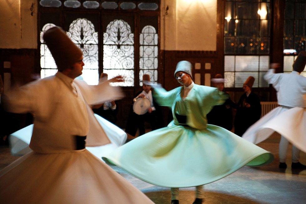A poesia e a dança são muito importantes no sufismo, movimento místico do islã surgido por volta do século X e ao qual pertence a ordem dos dervixes giróvagos, fundada no século XIII pelo poeta sufista Rumi. Os dançarinos, como os homens e as mulheres da foto, feita em Istambul, dão voltas sobre si mesmos, atingindo uma velocidade crescente que os leva a um transe espiritual.