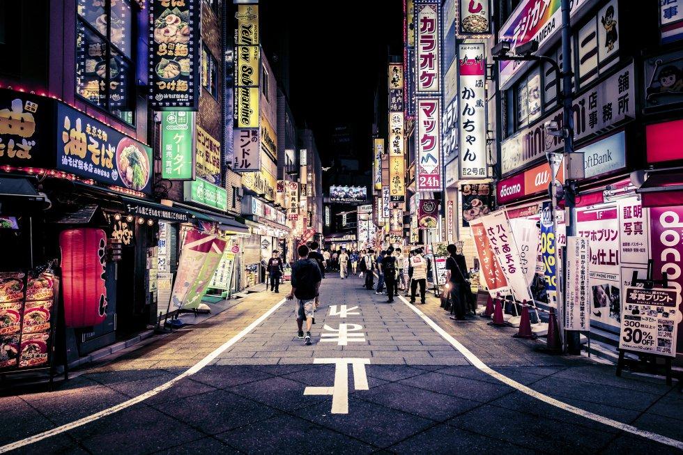 Aos pés dos arranha-céus do distrito de Shinjuku, de Tóquio, resistem bairros como o Golden Gai e o Omoide Yokocho (na foto), um estreito labirinto de becos e edifícios de madeira de dois andares em que se amontoam minúsculos bares e tabernas (izakayas) onde cabem apenas seis ou oito pessoas, numa mistura de salarymen (executivos) e turistas.