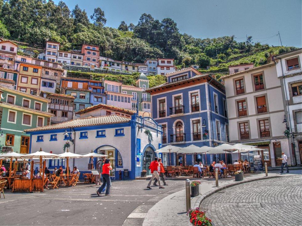 A unos 50 kilómetros de Gijón, es una localidad de calles empinadas y coloridas casas escondida entre el mar y las montañas y de fuerte tradición marinera. Más información: turismocudillero.com