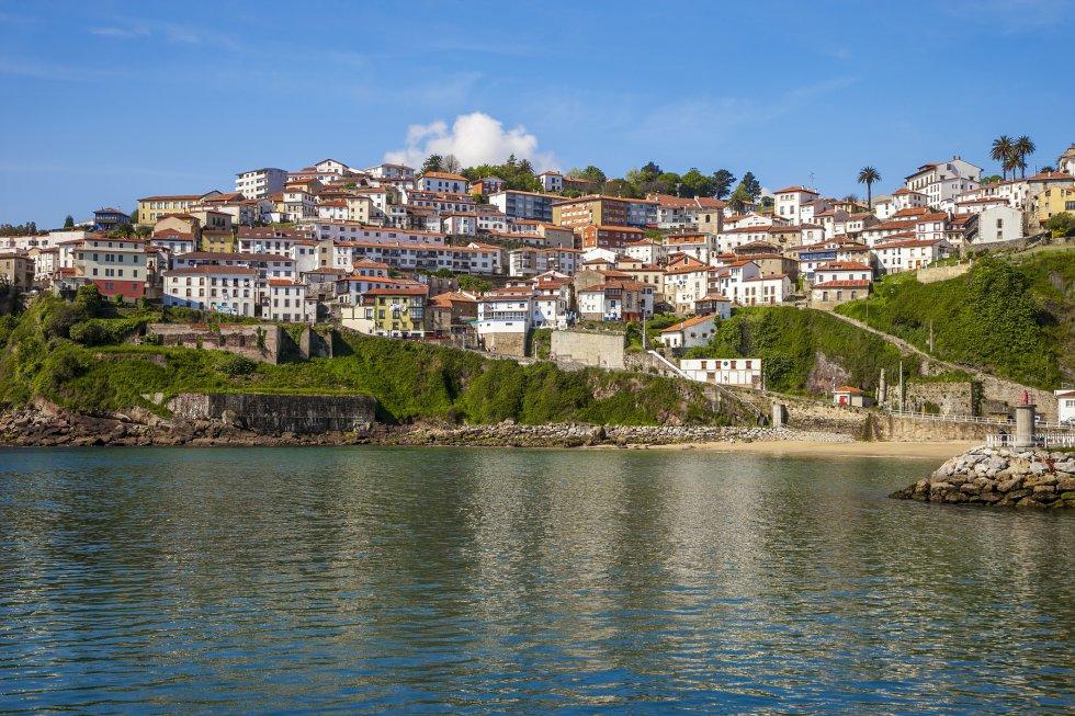 La historia de este pueblo está estrechamente ligado al mar. Destacan un barrio ballenero que se remonta al siglo XVI y sus típicas casas colgadas sobre el acantilado. Más información: turismoasturias.es