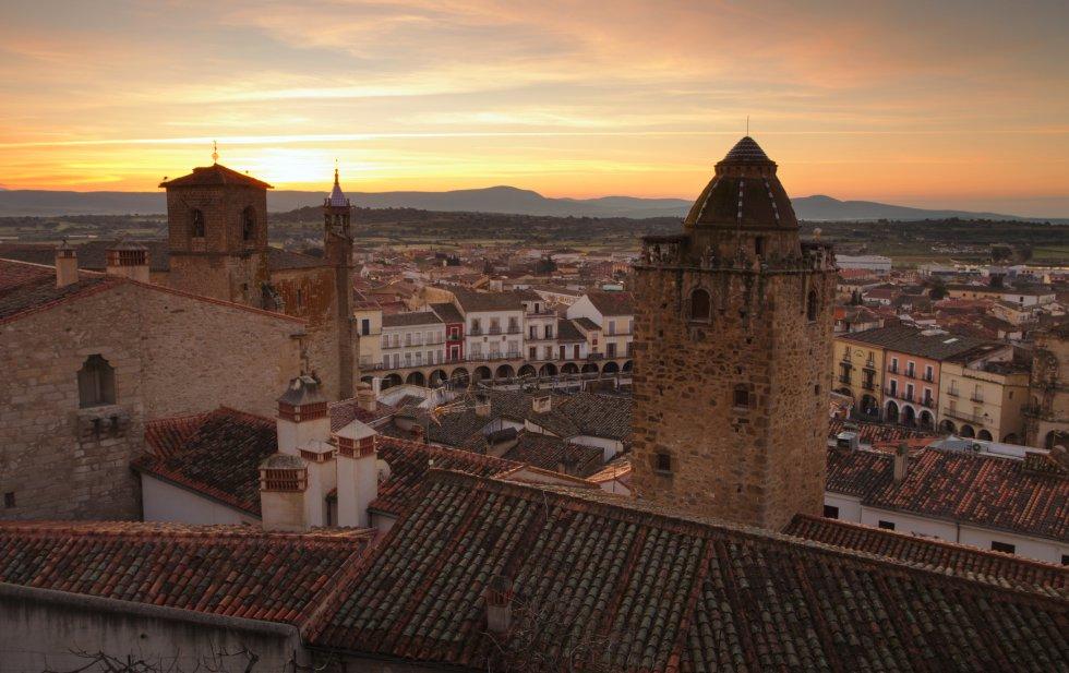A 45 kilómetros de Cáceres, su historia, su situación, su entorno natural y su gastronomía han hecho de Trujillo un importante centro turístico de Extremadura. El pueblo ha sido catalogado como bien de interés cultural. Más información: trujillo.es