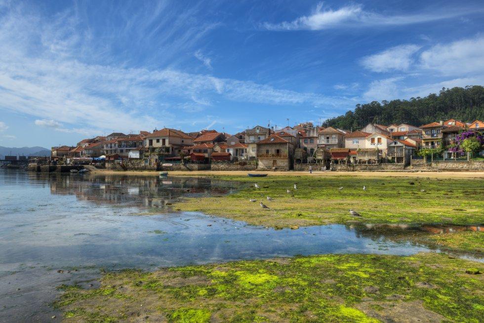 El pueblo de Combarro, a unos siete kilómetros de Pontevedra, tiene un perfil casi de postal con sus 30 hórreos alineados junto a la ría. Esta localidad marinera está declarada bien de interés cultural como Conjunto Histórico. Más información: turismo.gal