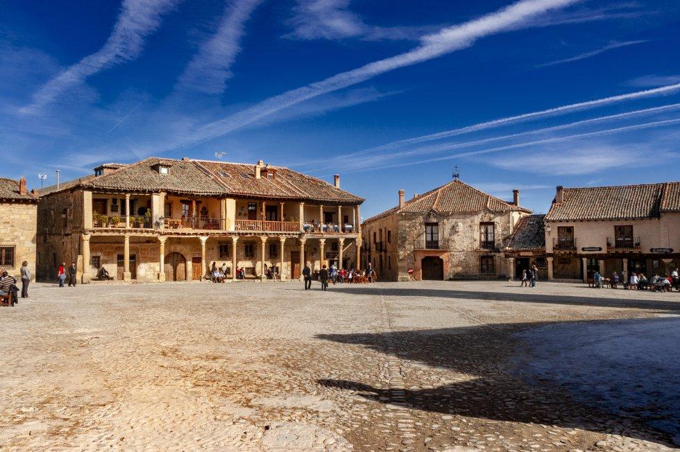 A unos 40 kilómetros al norte de Segovia, Pedraza es una villa medieval amurallada que atrae a miles de turistas todos los años gracias a su cuidada y preservada arquitectura. El castillo y la cárcel, en la Puerta de la Villa, son dos de sus visitas obligadas. Más información: pedraza.info
