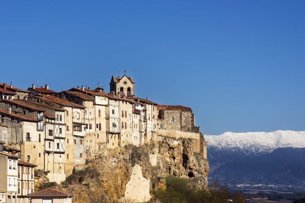 Frías es una localidad de unos 270 habitantes encaramada sobre un cerro, conocido como la Muela de Frías. Destacan casas junto al acantilado, su puente medieval sobre el río Ebro y el castillo (del siglo X), uno de los mejores ejemplos de la arquitectura militar medieval burgalesa. Más información: ciudaddefrias.es