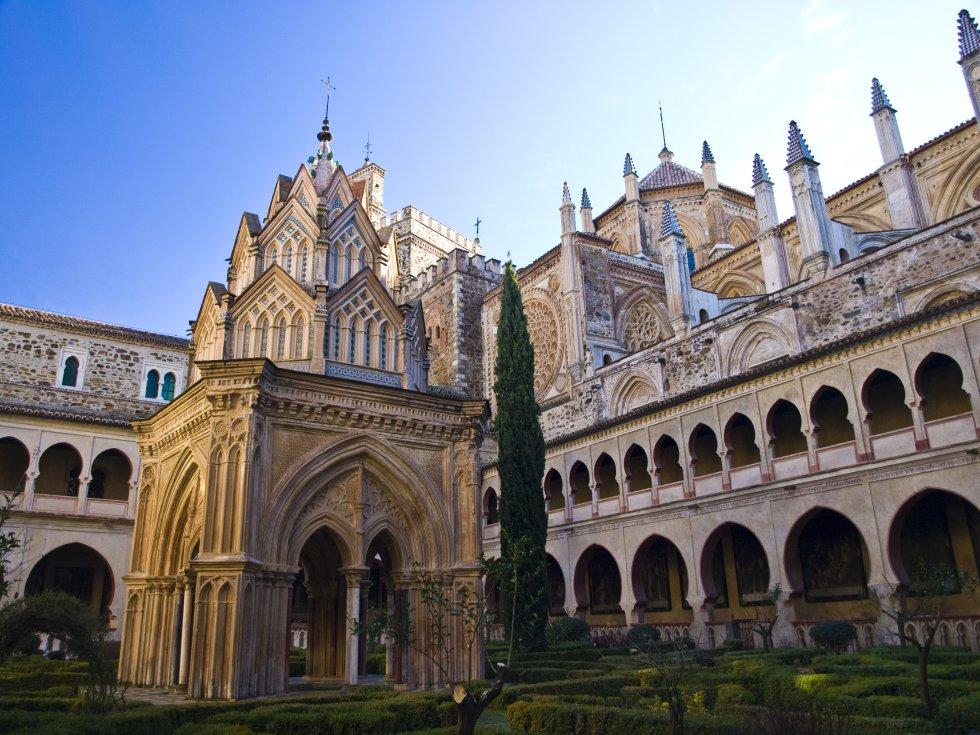 A unos 120 kilómetros al este de Cáceres, el Real Monasterio de Santa María de Guadalupe (en la imagen) es su monumento más importante. Construido en 1340 por Alfonso XI de Castilla con elementos mudéjares, góticos, renacentistas y barrocos, ha sido declarado patrimonio mundial por la Unesco. Más información: turismoextremadura.com