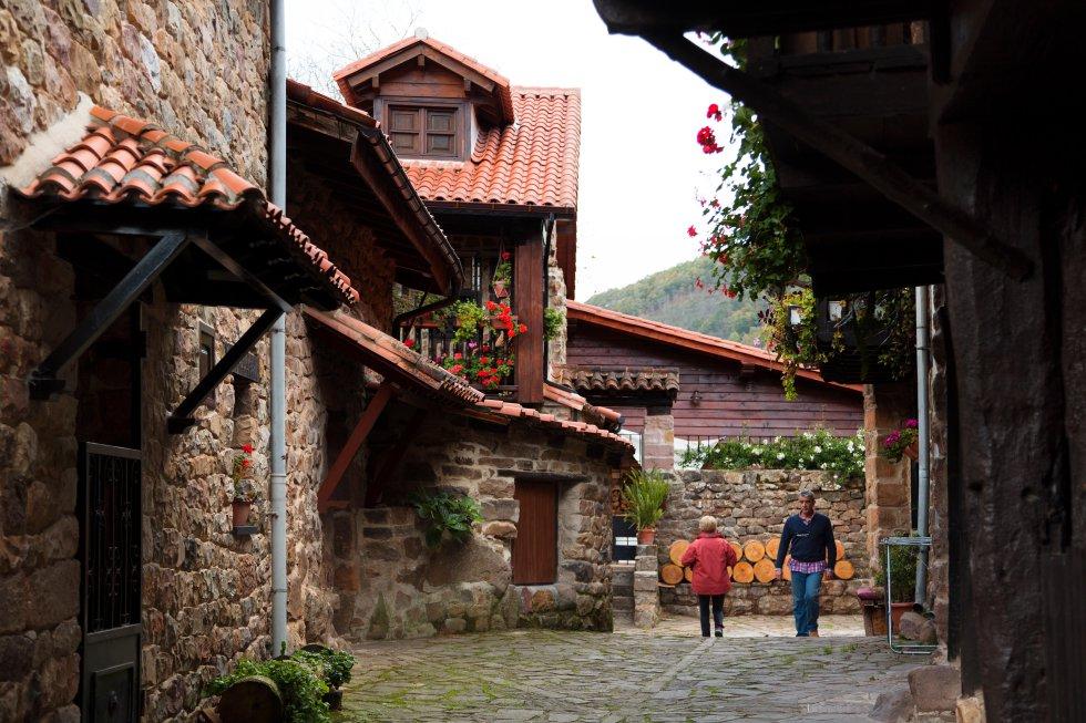 Integrado en el parque natural del Saja-Besaya, presume además de ser uno de los pueblos más antiguos de Cantabria. Conserva sus tradicionales caserones montañesas, de dos plantas, portalones y floridas balconadas de madera. También una iglesia del siglo XVII y un puente de piedra del XVI. Más información: turismodecantabria.com