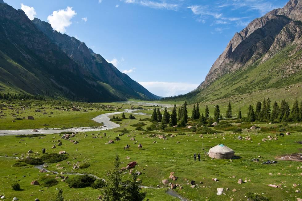 O turismo começa a descobrir este país da Ásia Central. Uma prova disso foi o grande número de visitantes durante os Jogos Mundiais Nômades, em setembro. Um território que convida especialmente aos fãs de paisagens montanhosas, o arvorismo —conta com mais de 2.700 quilômetros de rotas sinalizadas— e aos interessados nas culturas tradicionais nômades. Esperam locais como Karakol, epicentro para excursionistas; Biskek, a renovada capital; experiências como a nova rota da Ak-Suu-Transverse (115 quilômetros de grandes paisagens entre lagos remotos e bicos nevados que se percorrem a pé em sete jornadas), e a cidade histórica de Osh, integrada em outra época na mítica Rota da Seda. Também podem ser percorrido (a pé, a cavalo ou em bicicleta) as cidades Pamir-Alay e Tien-Shan, e dormir em uma 'yurta', acampamentos adaptados ao turismo. Embora uma nova estrada nacional e um novo programa de vistos eletrônicos simplifica o acesso e os deslocamentos interiores pelo país, Kirguistán é um destino no qual há que tomar precauções, e consultar previamente as recomendações do Ministério de Relações Exteriores.