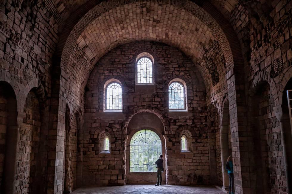 El monasterio viejo o bajo de San Juan de la Peña, en Huesca, aparece protegido por una enorme oquedad del monte Pano, como parte misma de la roca. Descendiendo desde la entrada pueden visitarse sus dependencias más antiguas, construidas entre los siglos IX y XI, como la sala de los Concilios, la iglesia inferior o mozárabe. En un nivel superior aparece el panteón de Nobles, la iglesia románica (consagrada en 1094) y el claustro, cubierto por la roca rojiza y abierto al exterior por uno de sus lados. Destacan sus capiteles y, en general, la invitación al silencio y la introspección que parece lanzar este espacio.