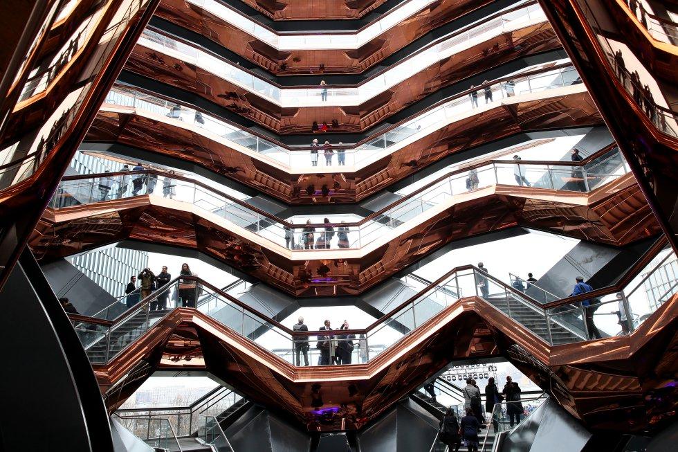 """¿Qué es exactamente The Vessel? La memoria del proyecto firmado por Heatherwick Studio lo define como """"una estructura de 16 pisos para trepar"""". Un gran mirador de 45,7 metros de altura con 80 plataformas a modo de miradores a los que se accede subiendo y bajando 2.465 escalones que forman 154 tramos de escalera. También pretende ser """"un nuevo espacio de encuentro"""" en Nueva York, según los arquitectos."""