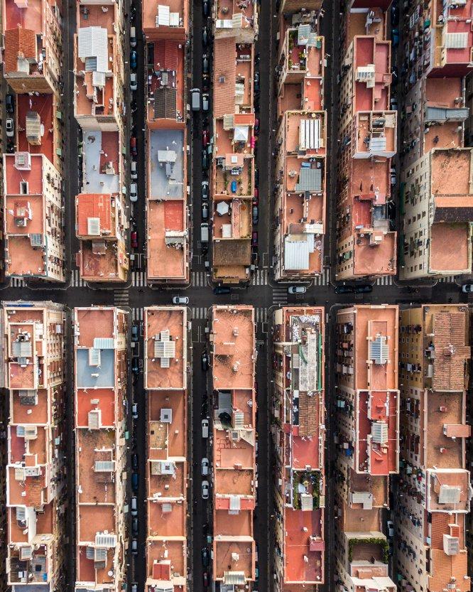 'Barcelona from above' es el título de la serie de fotografías realizadas con dron del fotógrafo Márton Mogyorósy. Instantáneas que el húngaro captó el pasado mes de diciembre durante un viaje en la ciudad y que reflejan la simetría de algunos de sus barrios.